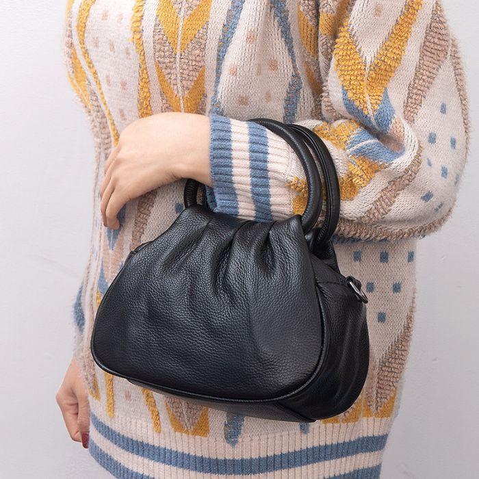 kleine Handtasche mit Henkel aus Leder
