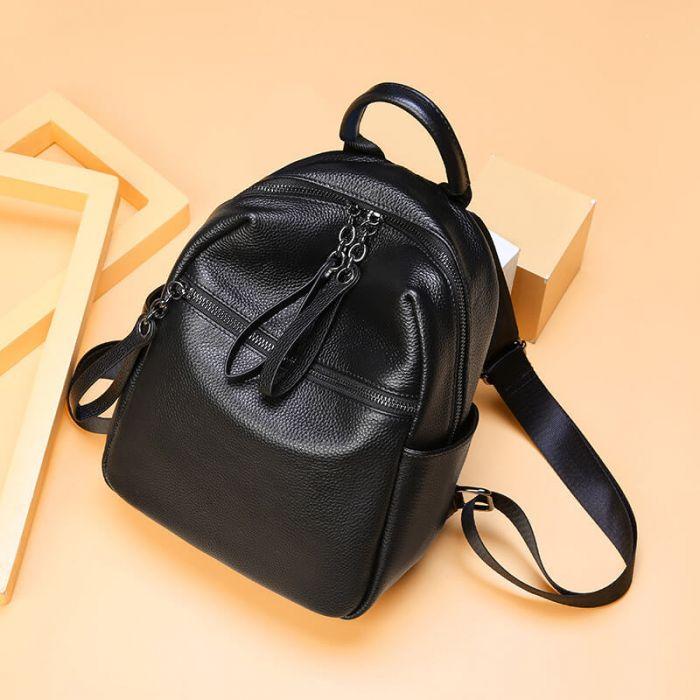 schwarzer rucksack mit vielen taschen